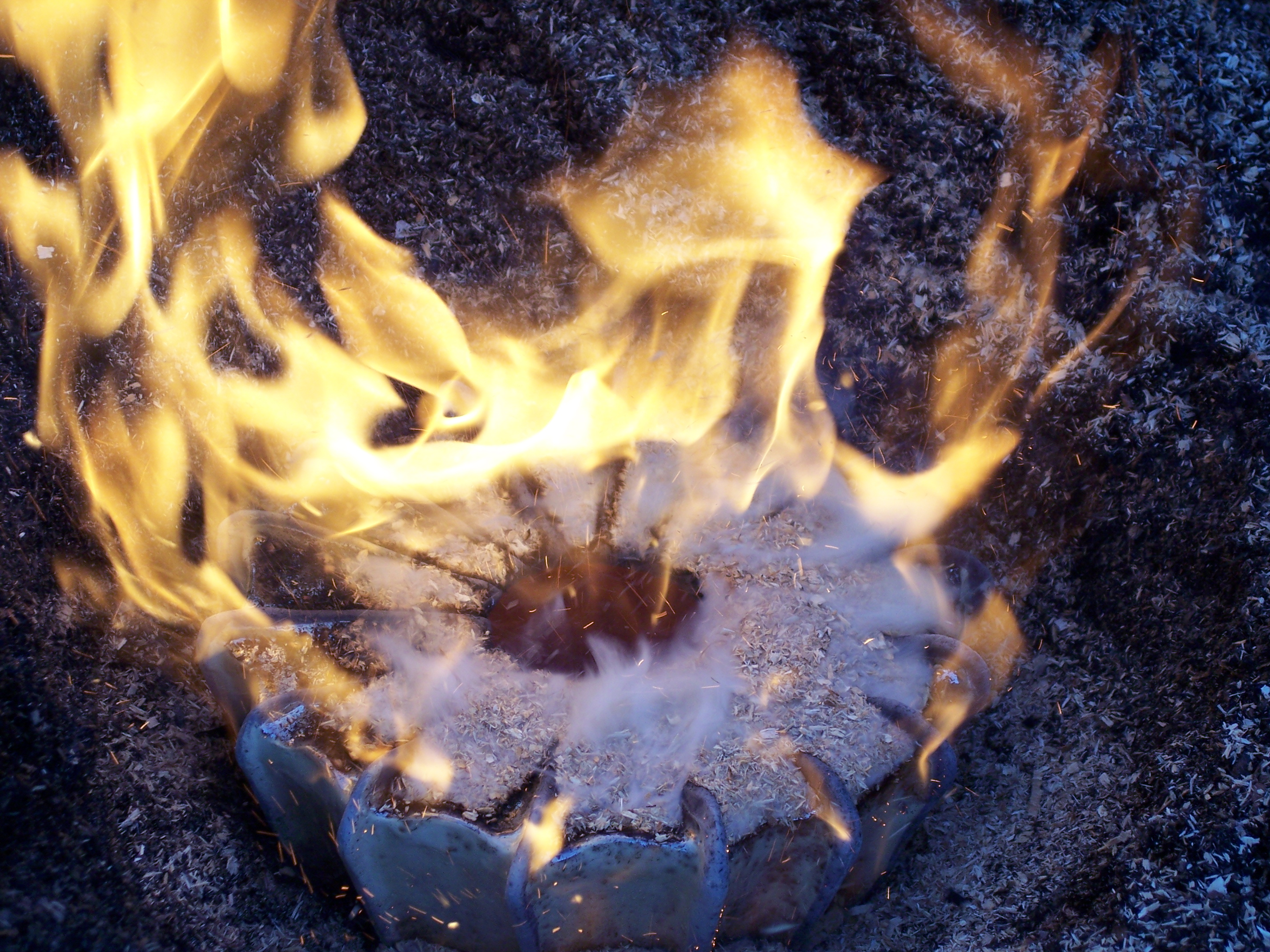 Rippen der vase beginnen sich durch die einlagerung von kohlenstoff