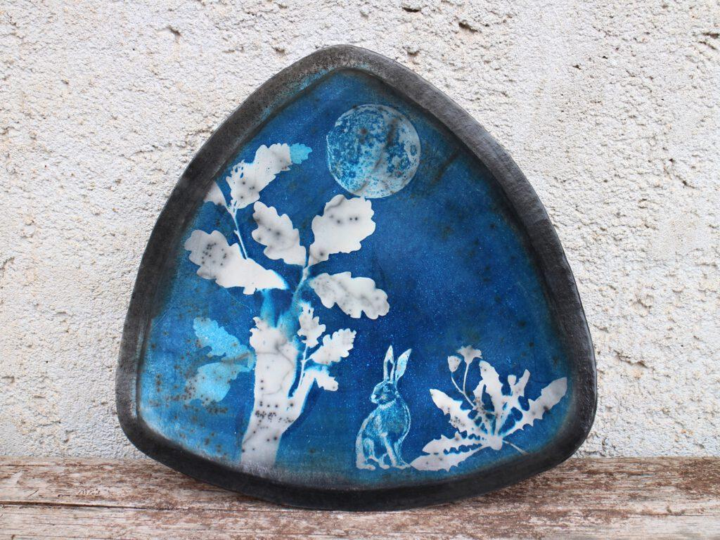 Hase und Mond, Cyanotypie auf Naked Raku Keramik