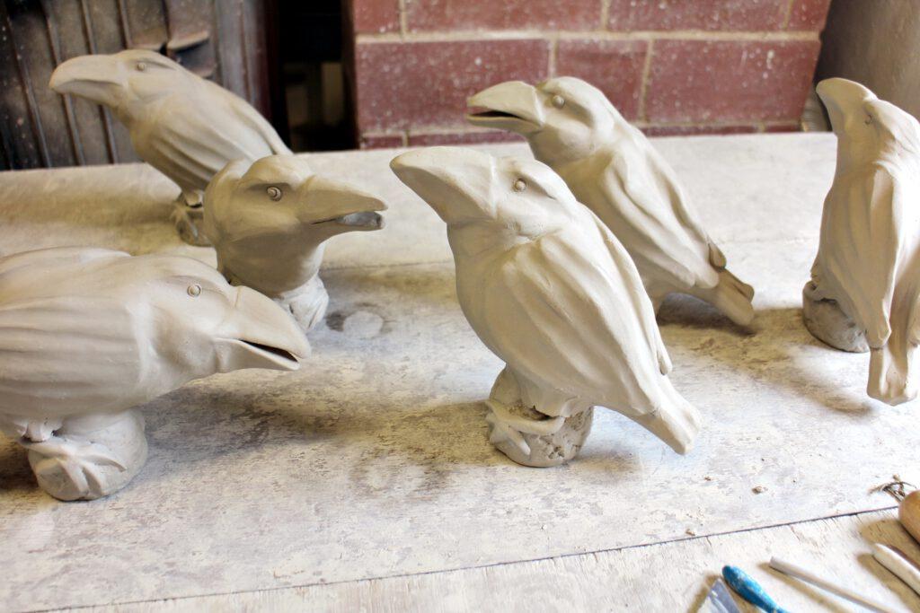 Raben aus Keramik modelliert